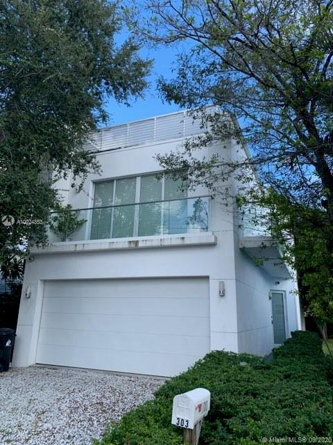 Modern construction, this fabulous 5 Bedroom, 3.5 Bath home in Southwest Florida awaits its new owne