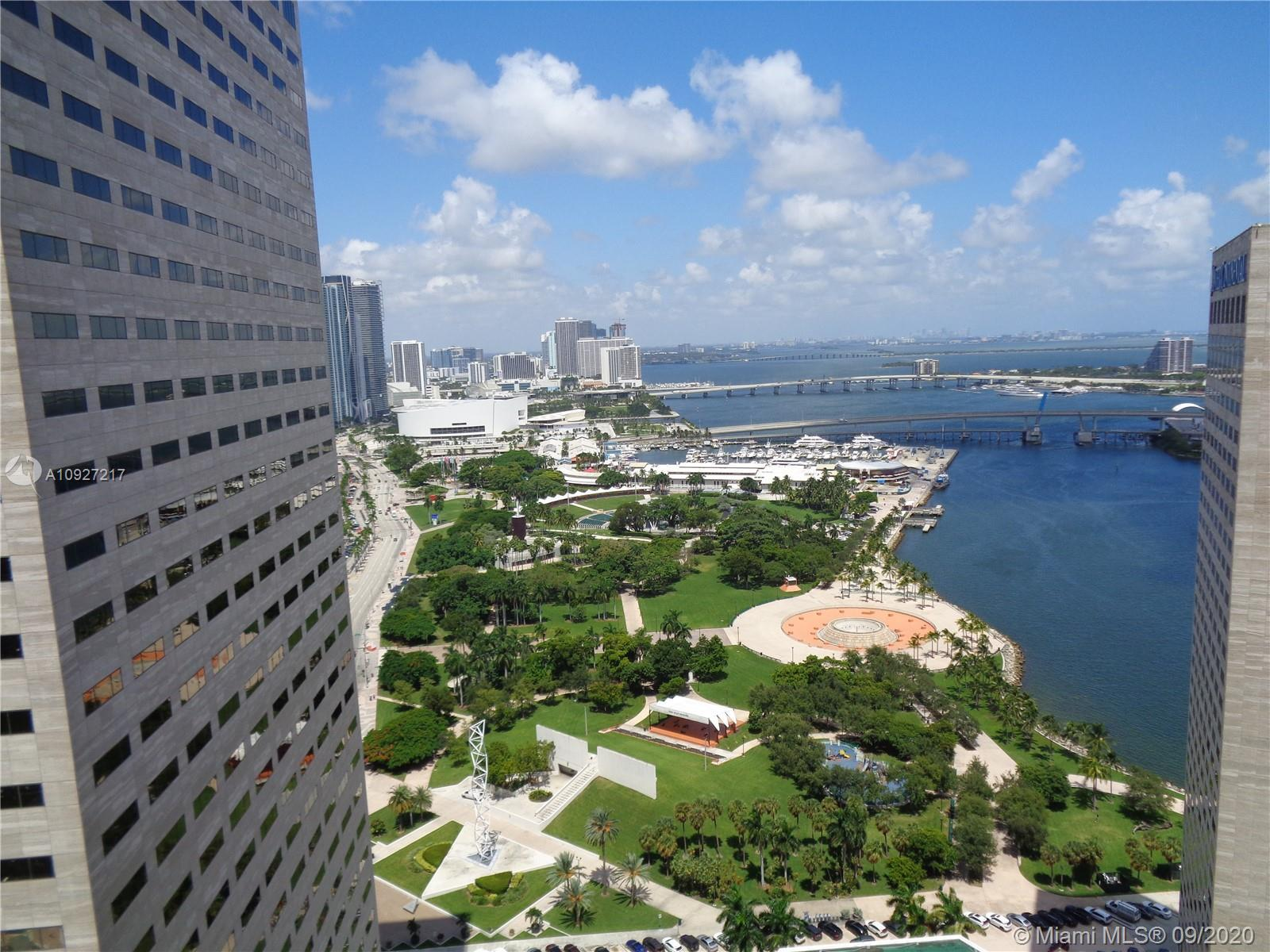 Beautiful 1 Bedroom 1 Bath overlooking Biscayne Bay and Bayfront Park. Unit comes with laminate wood