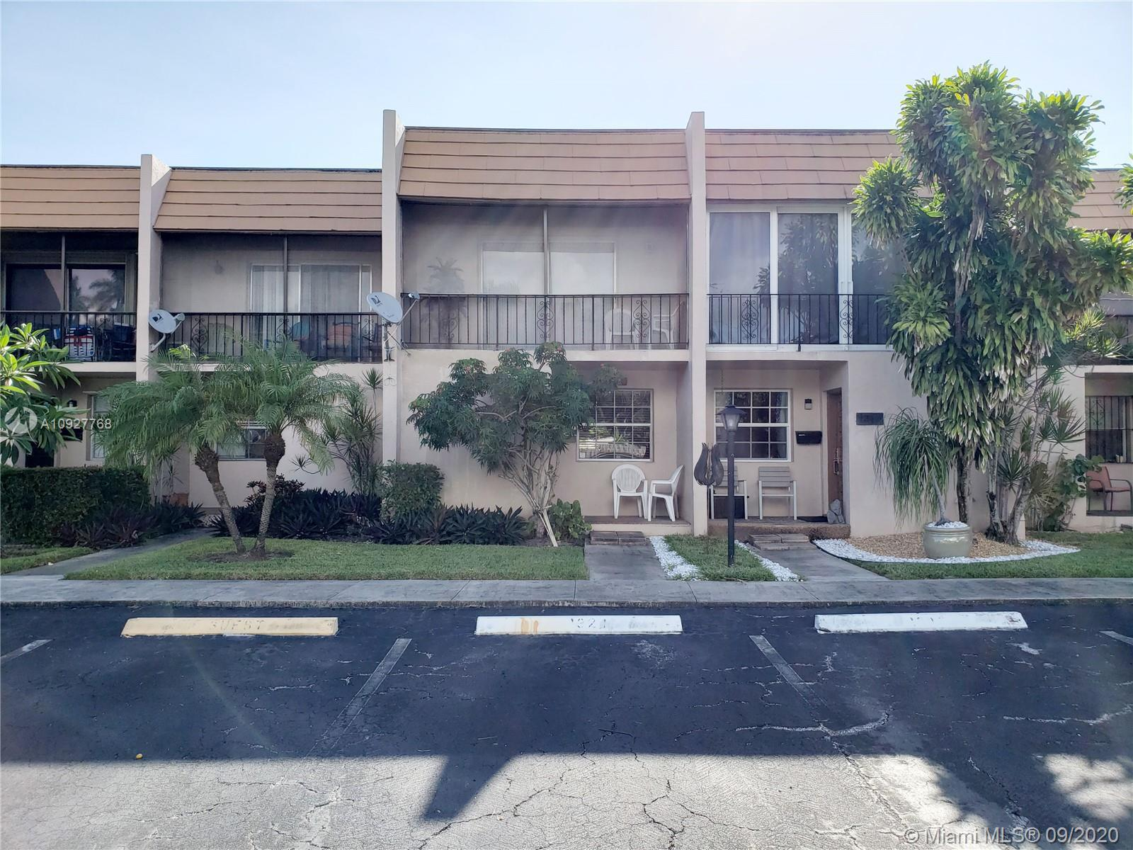 RARE OPPORTUNITY! Beautiful Townhouse 2 Bed and 2.5 Bath for sale East of US1 in the heart of Hollyw