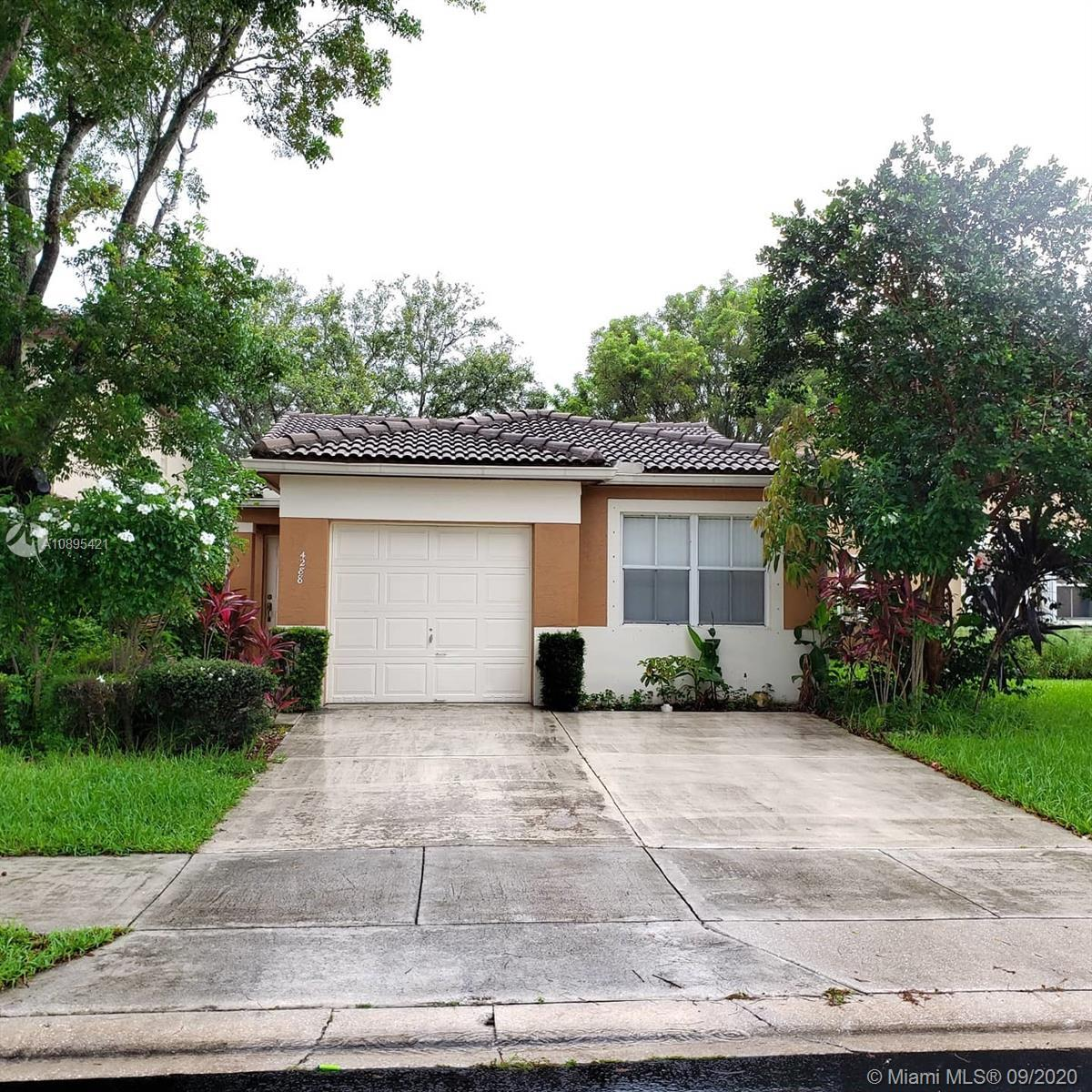 Cozy boutique gated community one story house, community pool and playground, overlooking the lake,