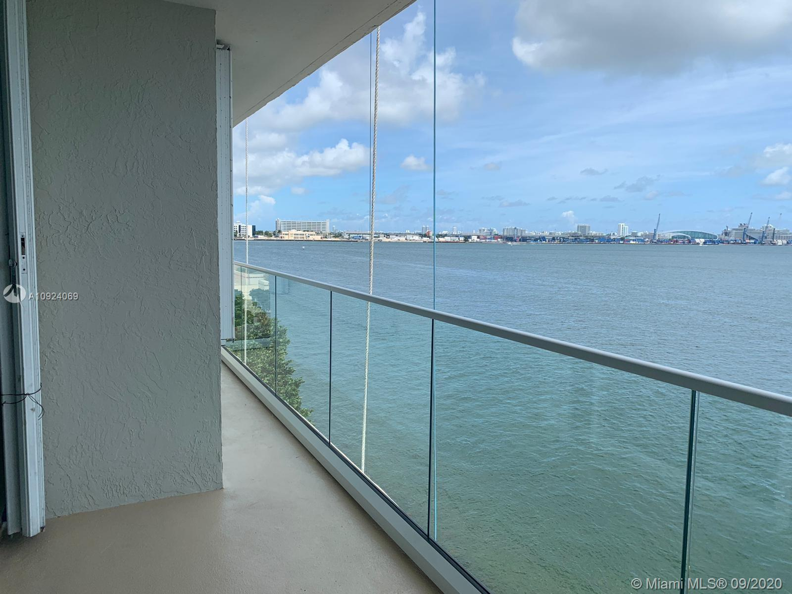 Amazing water front unit in exclusive Saint Louis in Brickell key! Boutique building, only 5 units p