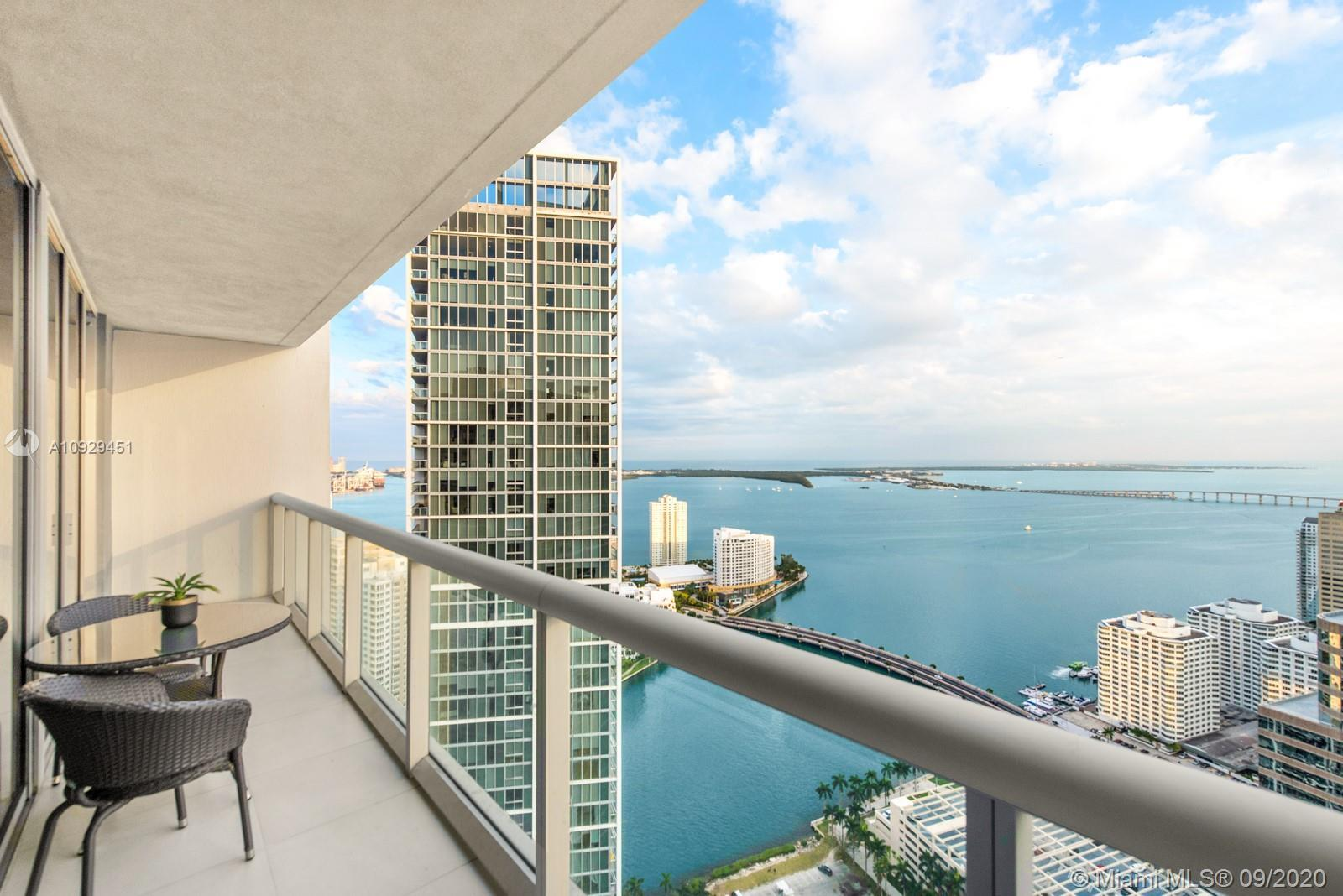 Luxury 2-bedroom with the most fantastic views of Biscayne Bay and the Brickell Skyline. Turnkey fur