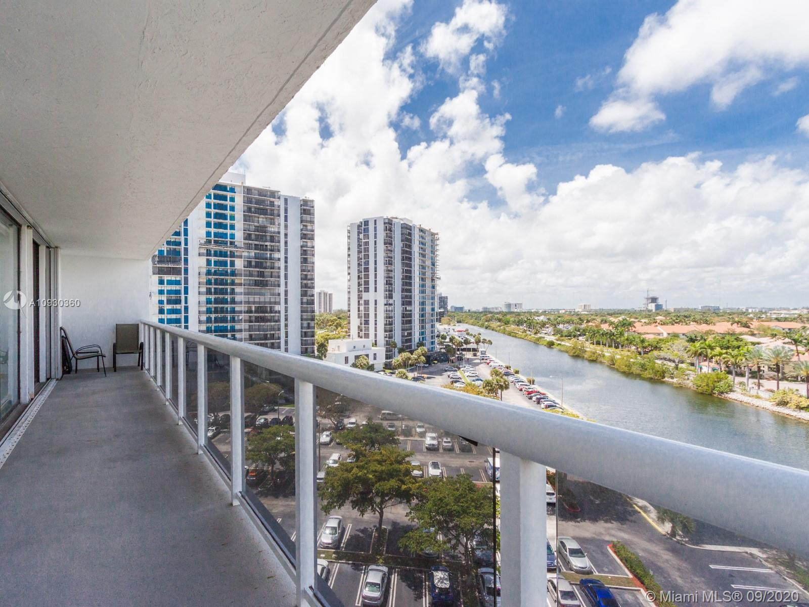 Aventura. Bright unit with beautiful views from this 2 bedroom, 2 bath. Freshly painted unit, Renova