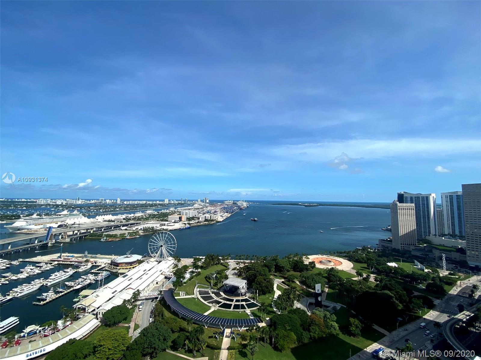 Beautiful 2/2 corner unit with den and amazing panoramic views of the Downtown Miami skyline and bay