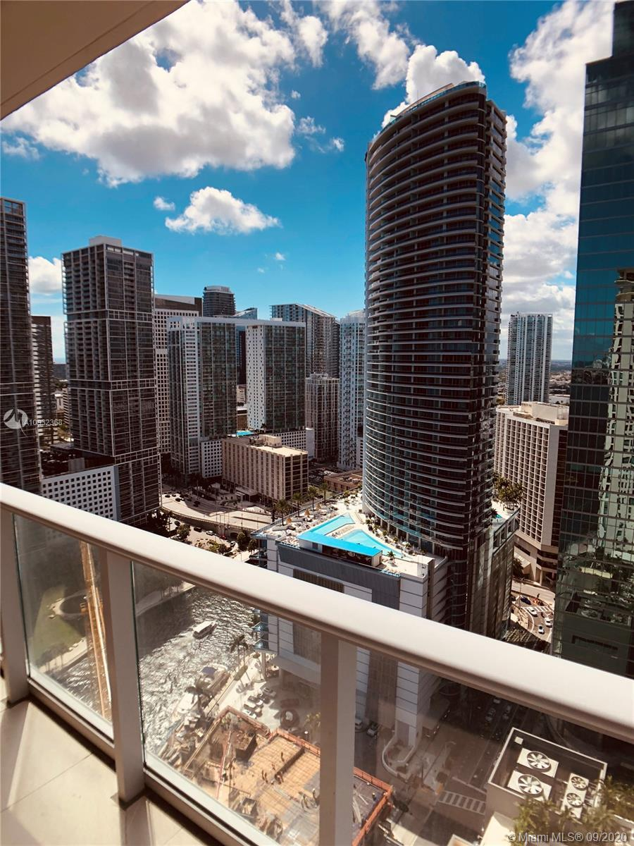 Spectacular Corner Unit (1 bed /1.5 bath) in Met 1 condo, located in the heart of downtown Miami. En