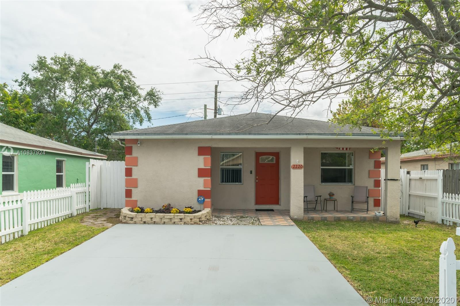 Take a look at this beautiful 4 bedroom, 2 bathroom single family home in Hollywood. This home featu