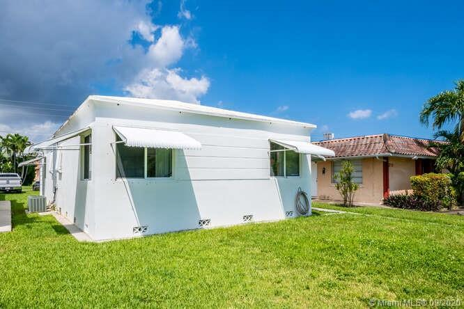 SINGLE FAMILY HOME located in Downtown Hollywood Florida. This single family home is  VACANT with po