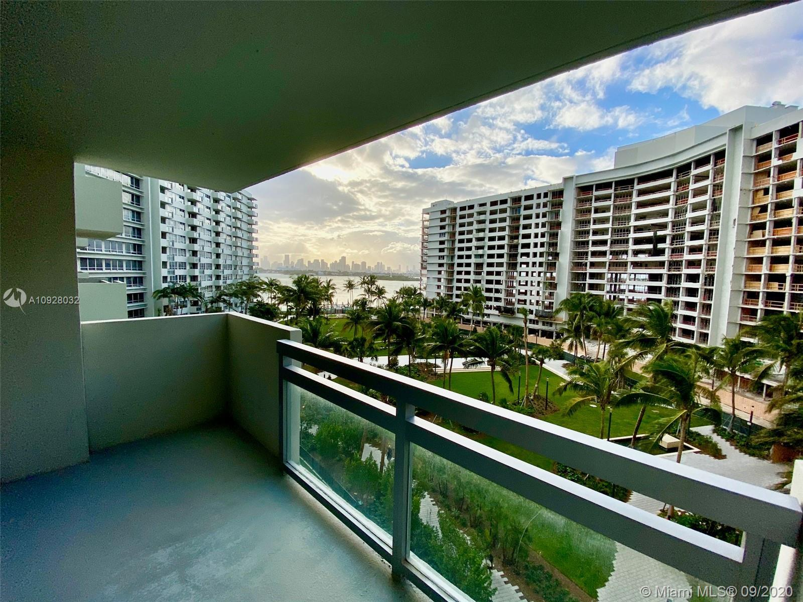 Remodeled 1bed apartment overlooking a renovated park to the Bay and Miami skyline. Open kitchen wit