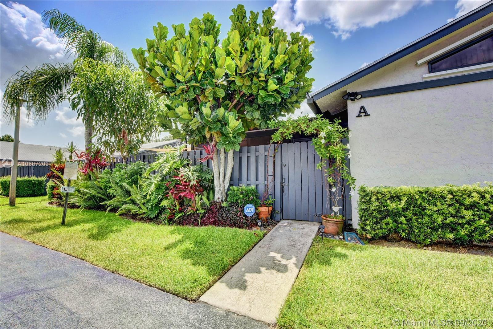 Fee Simple Villa conveniently located in West Palm Beach.  This light and bright open-concept patio