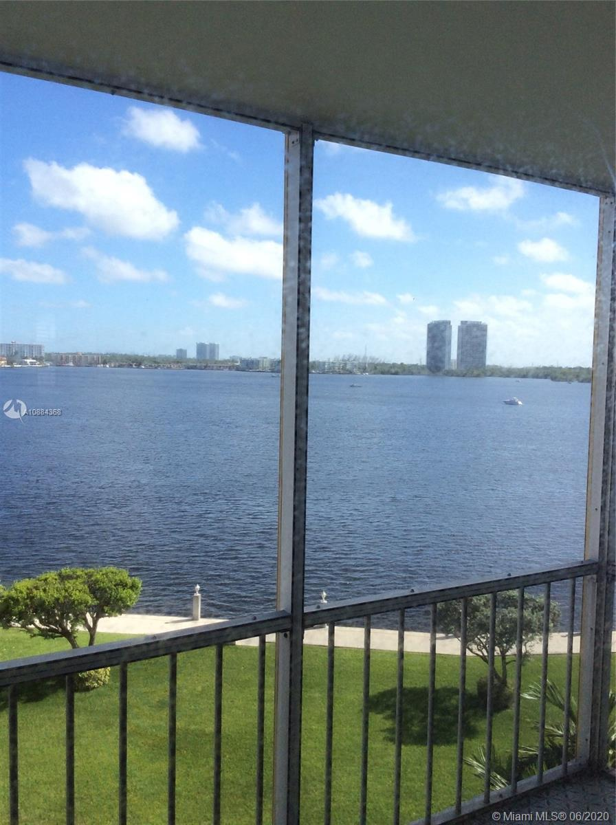 SMACK ON THE WIDE WATER!  BEST WATER VIEWS IN AVENTURA! SIT ON YOUR BALCONY AND WATCH THE BOATS GO B