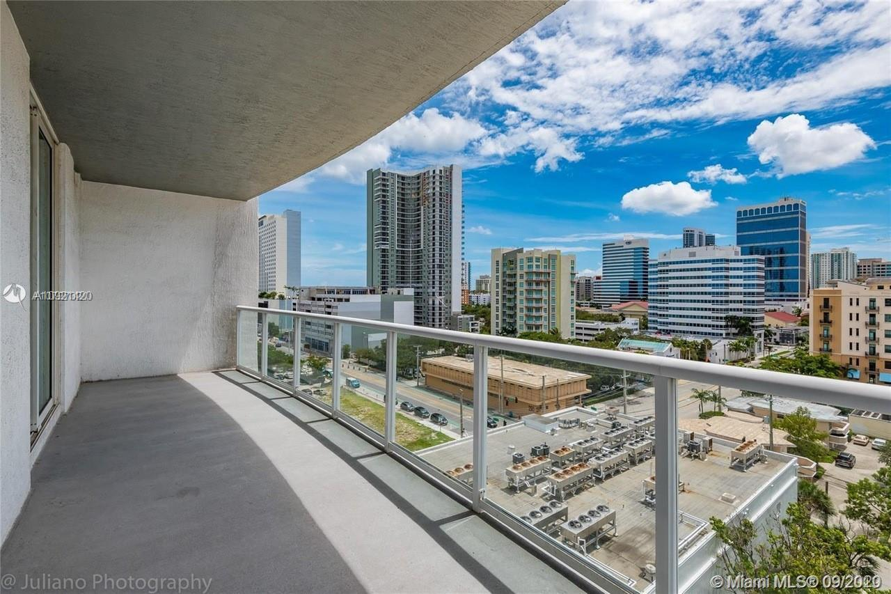 Spacious 1 bed 1.5 bath apartment located on the 20th floor with views of Flagler village. The 965 S
