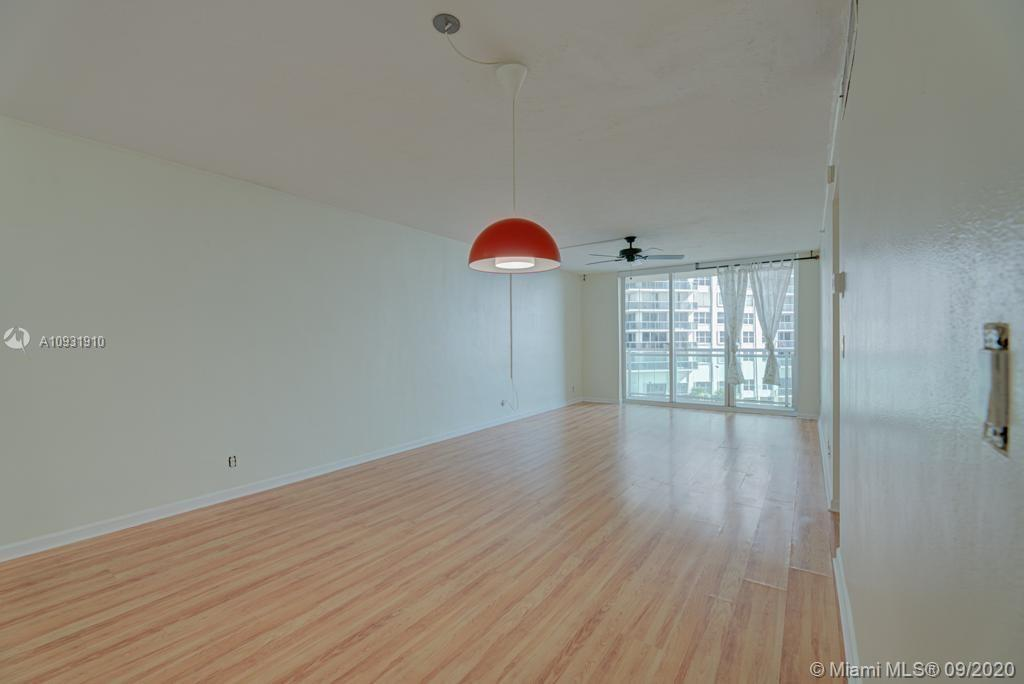 BEAUTIFUL SPACIOUS OCEAN VIEW APARTMENT!!!  1 bed 1 bath (911 sq.ft.) residence located on the 4Th f