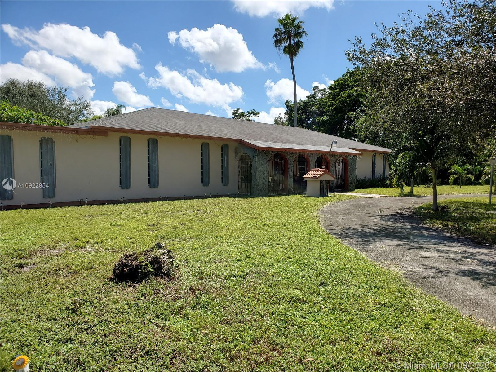 AMAZING OPPORTUNITY TO LIVE IN A HUGE HOUSE IN AN OVER SIZED LOT IN PRESTIGIOUS PEMBROKE PARK. THE C