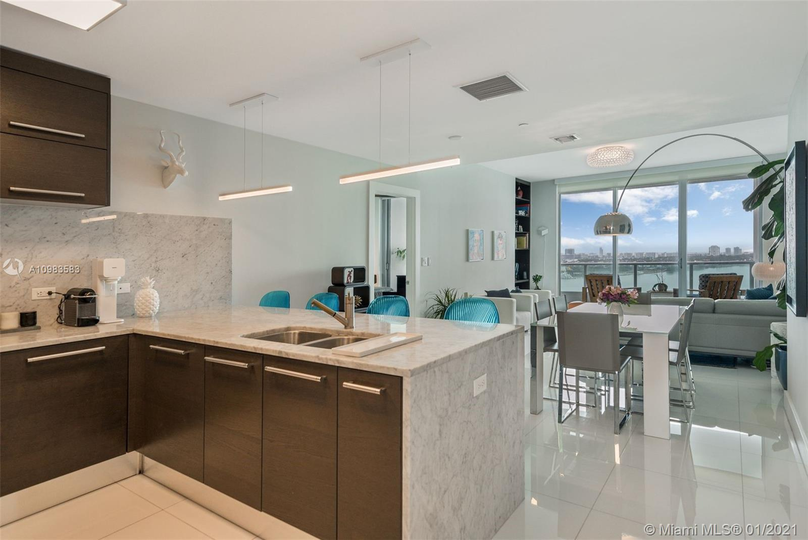2BED/3BATH+DEN and private elevator. 900 Biscayne is located right on the Bay in the epicenter of Mi