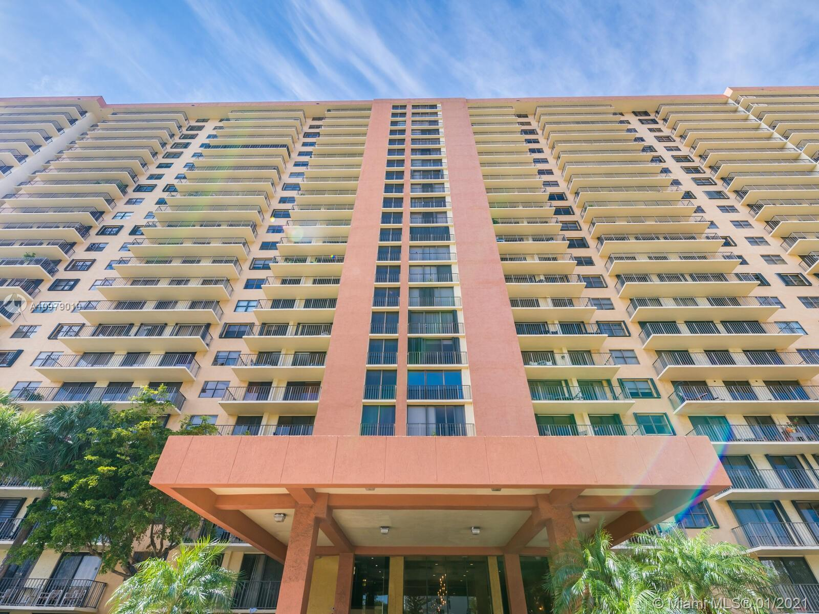 MOST DESIREABLE 700 BUILDING OF WINSTON TOWERS OFFERS THIS 1 BED, 1.5 BATH  UNIT WITH GARDEN AND INT