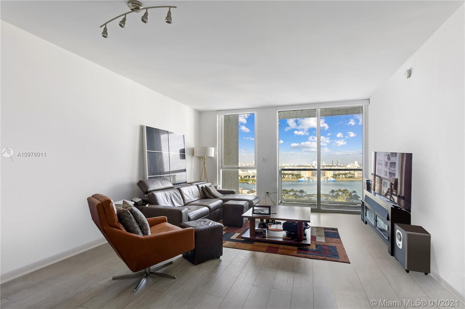 Spacious 1 bedroom with unobstructed panoramic water views. Ample master bedroom with spacious walki