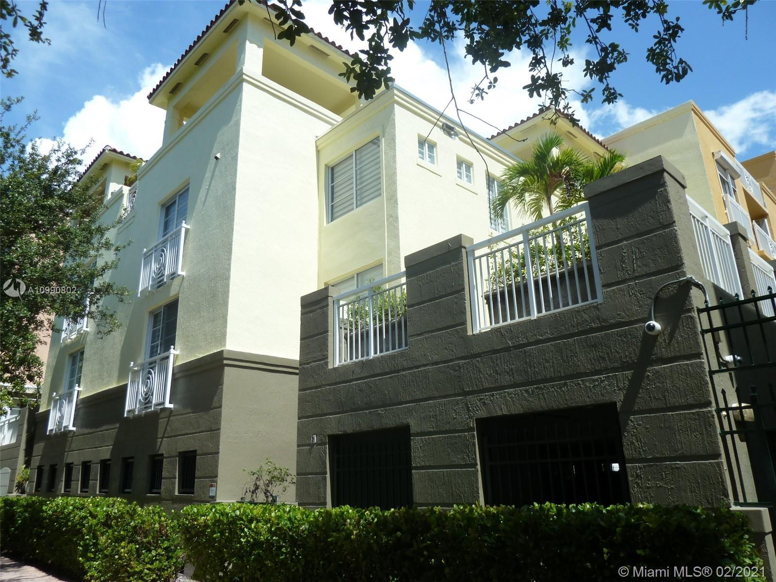 Great 3 bedroom/3 bathroom + den townhouse with private street entrance. The spacious living area, d