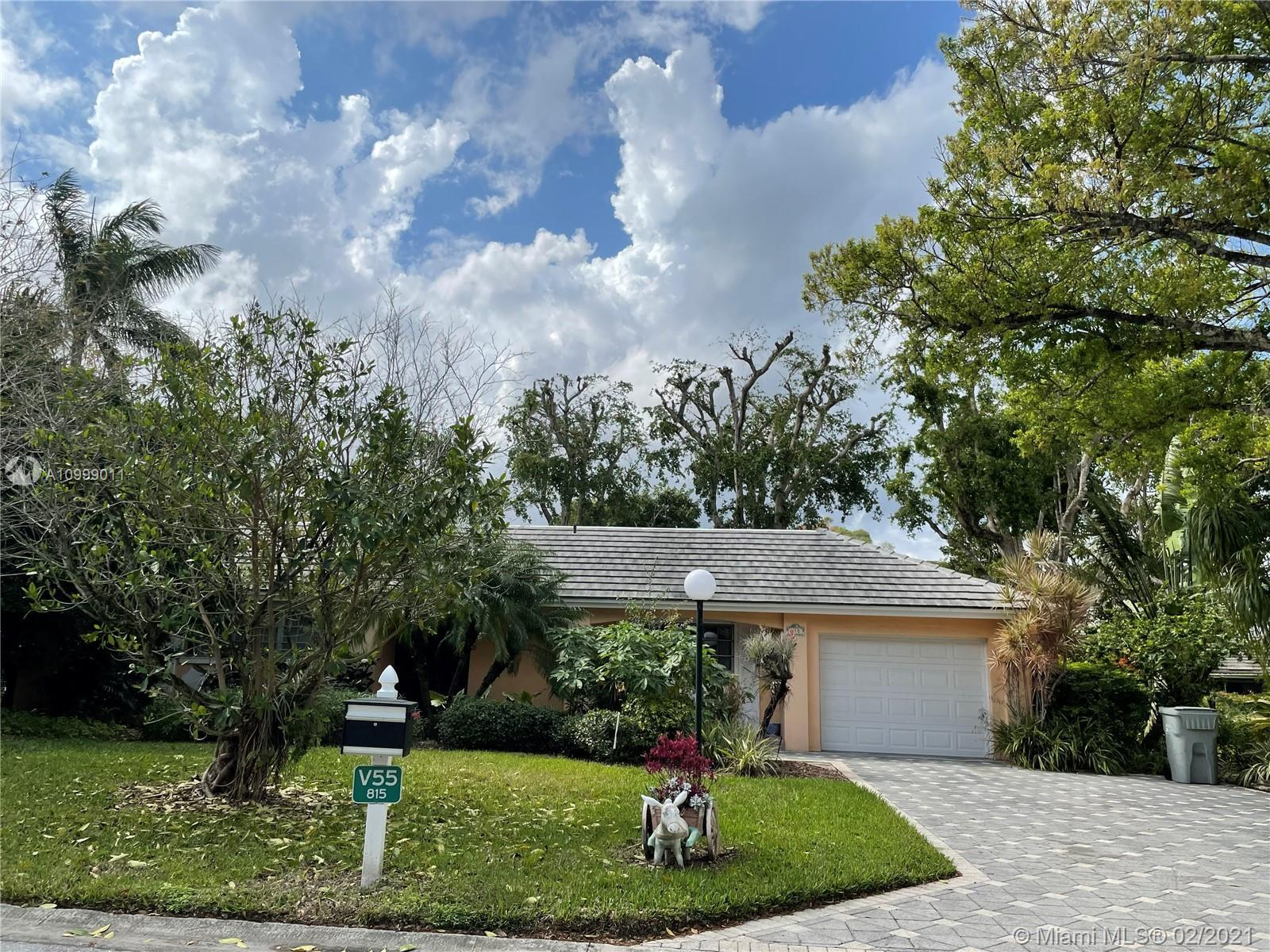 Beautiful Villa in Palm Aire Country Club. 3 bedrooms and 3 bathrooms, update kitchen, one car garag