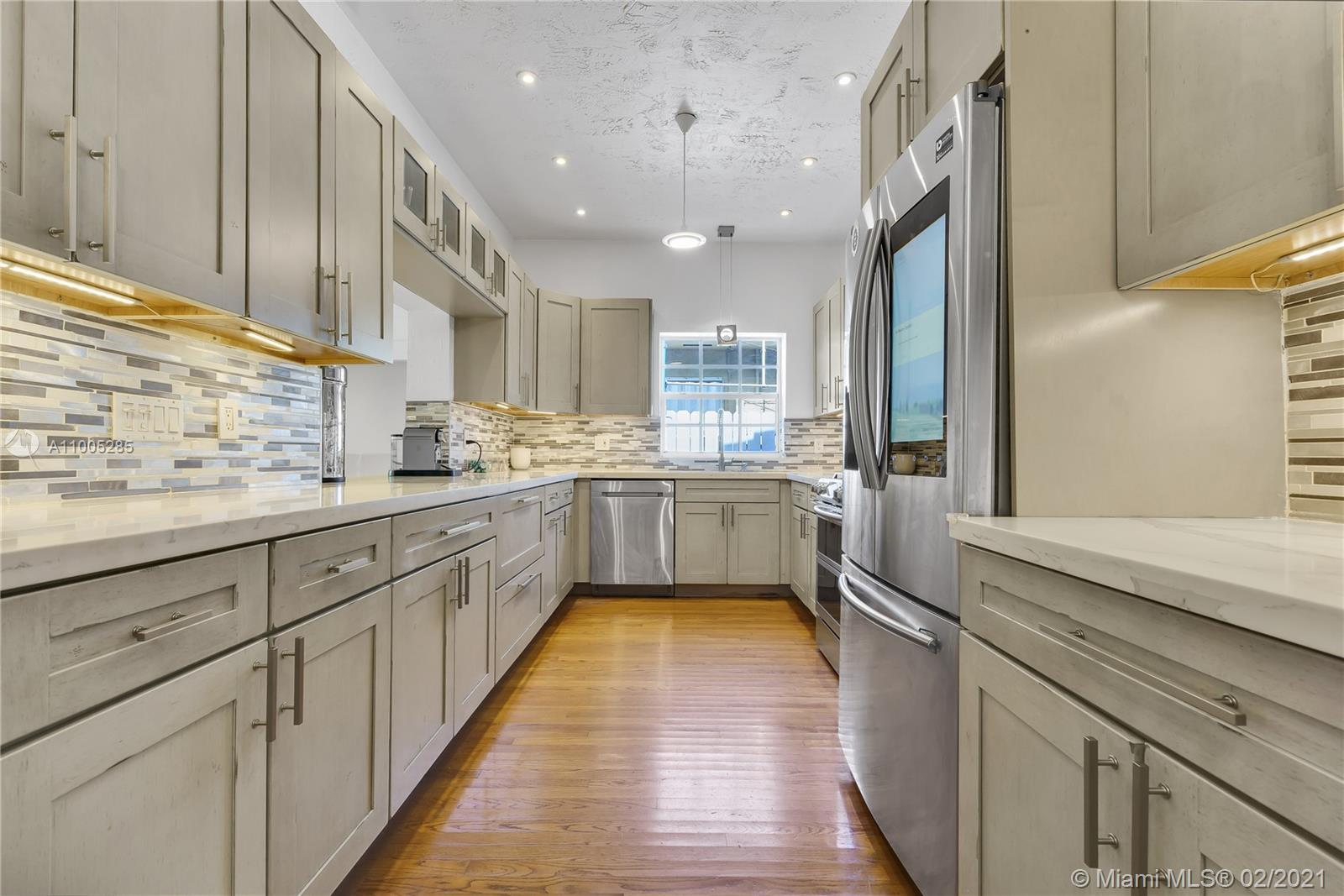 Beautiful warm and cozy Carlos Schoeppl's masterpiece in the heart of Miami Beach. This 4 bedroom 3