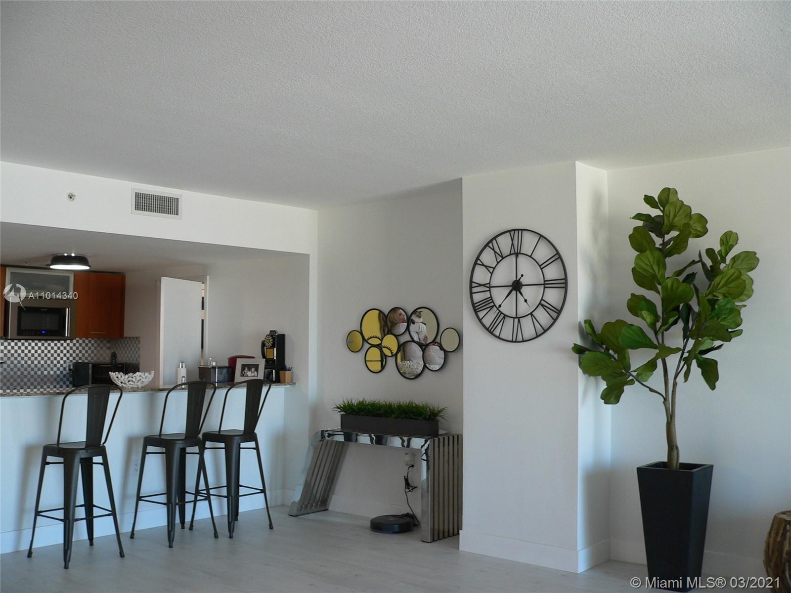 Cozy apartment on the 15th floor of METROPOLIS II AT DADELAND. Great views of downtown Miami skylin