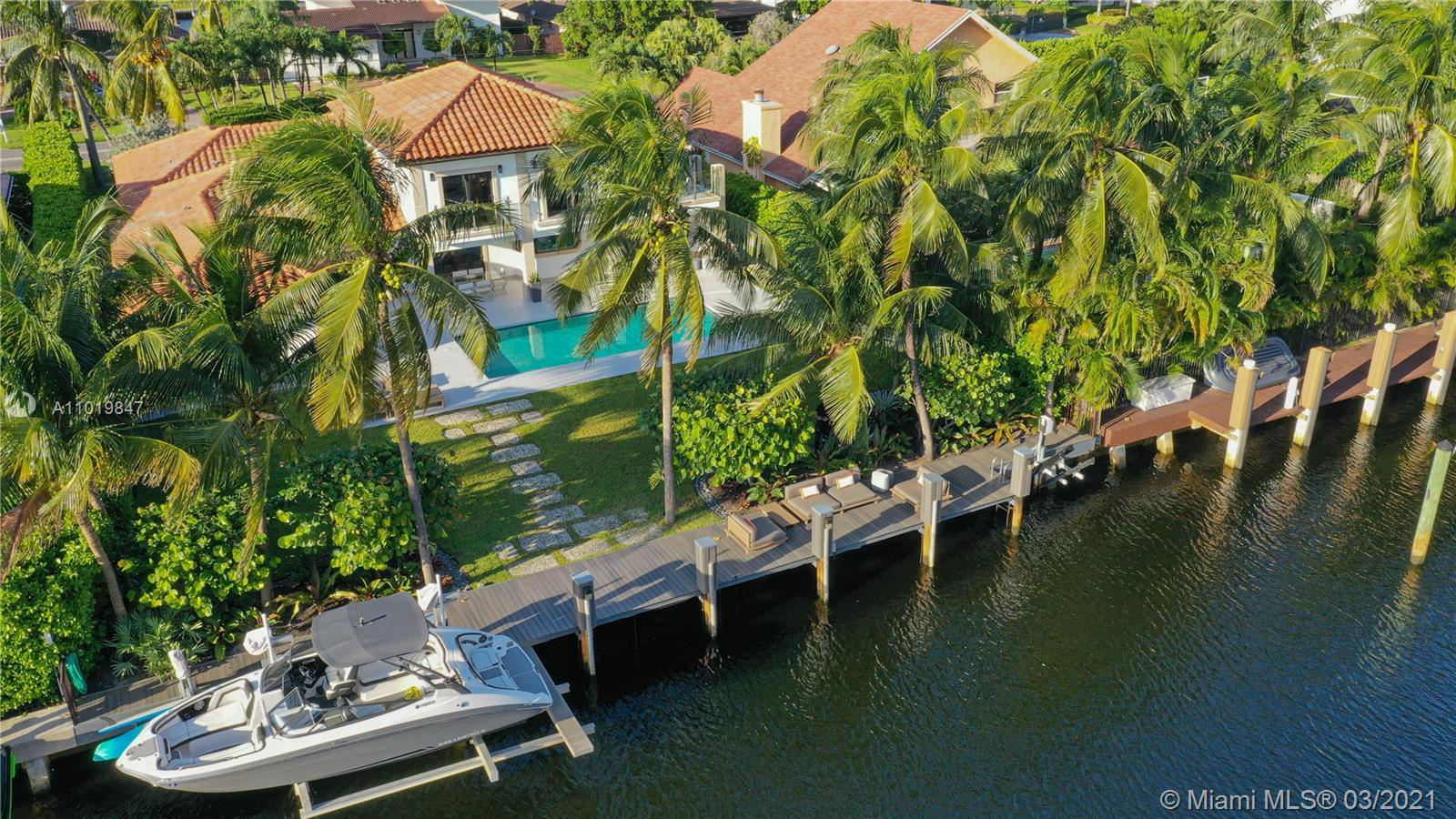 LIVE in paradise, ideal for boaters, with a new long dock, with 3 lifts for yachts. jet skis and pad