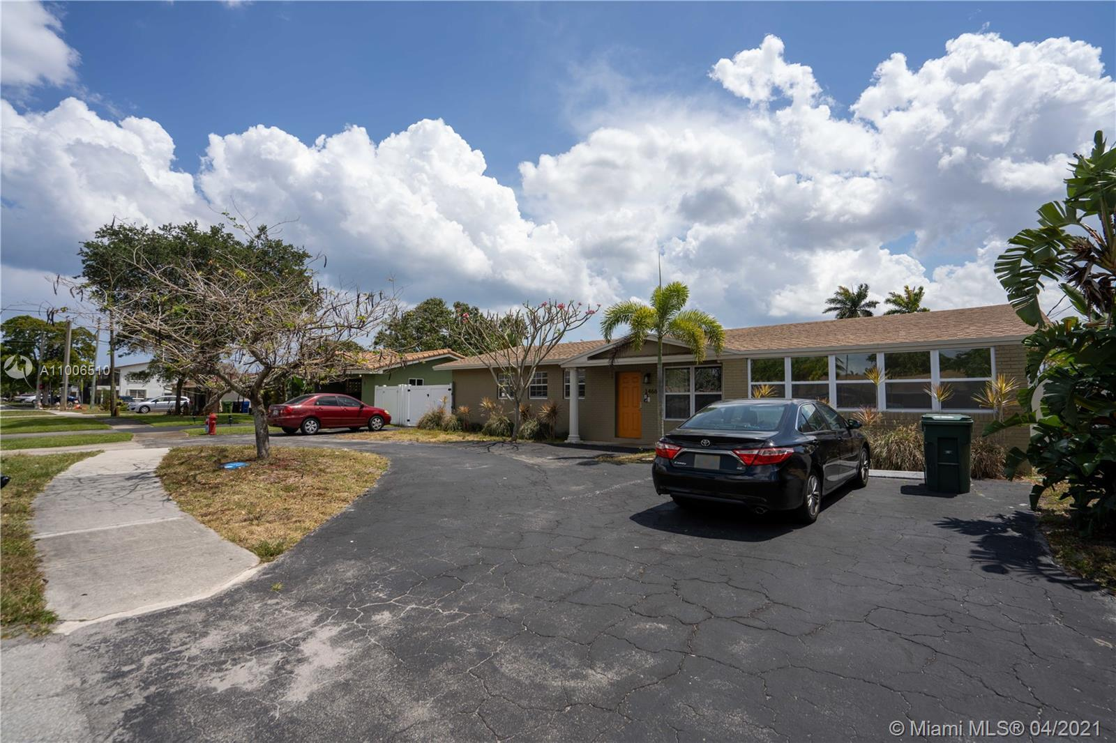 **Great investment opportunity!!**CHECK OUT THE VIRTUAL TOUR!!** MASSIVE 4/3 with tremendous potenti
