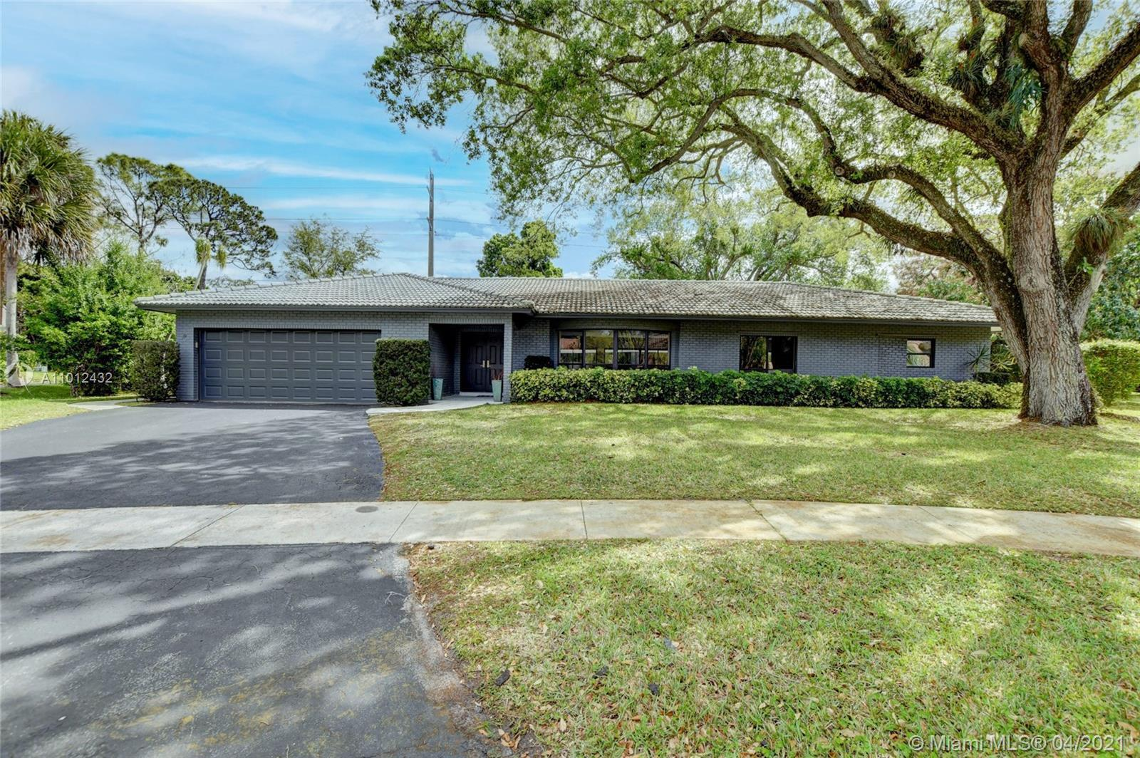 Spectacular 4/3 Single Family home on 1/2 acre cul-de-sec in gated community. Complete modern reno-
