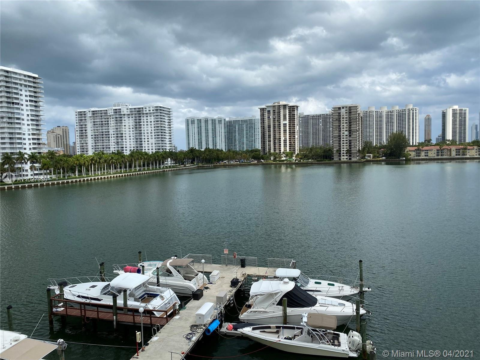 Amazing water view. Excellent location. Walking distance to supermarket ,restaurants, banks,shopping