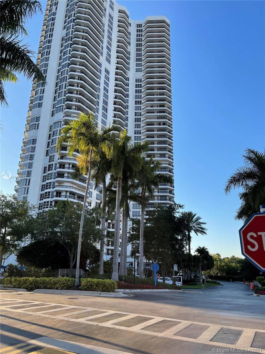 Amazing panoramic views of the golf Courses, Lake & Aventura Skyline!!!