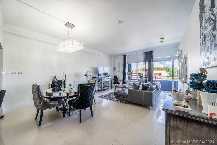 Style and class await you in this ultra-modern and luxurious unit in the heart of Coconut Grove!! Un