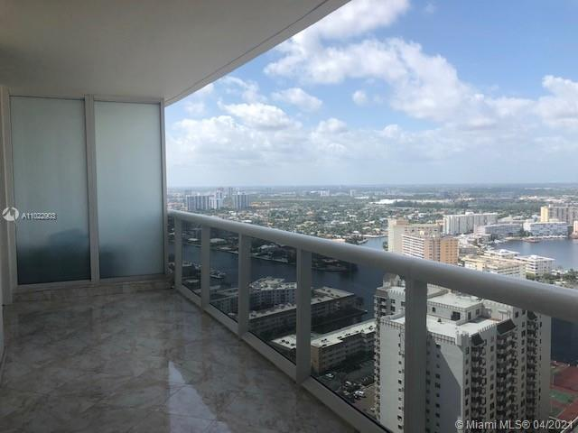 Resort lifestyle living. Spacious 2 beds plus den and 3 baths unit overlooking the city and Intracoa