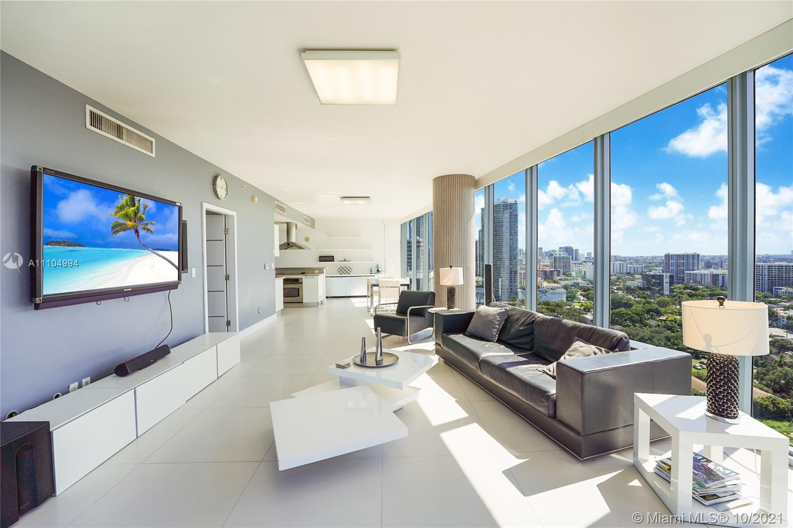 Very nice and well illuminated corner unit with City & Ocean views at Blue Condo in Miami; These 2 B