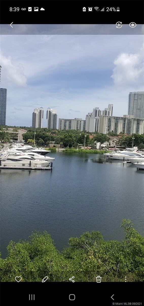 Cozy , spacious three bedroom in the heart of Aventura. Prime location, awesome view, make it your