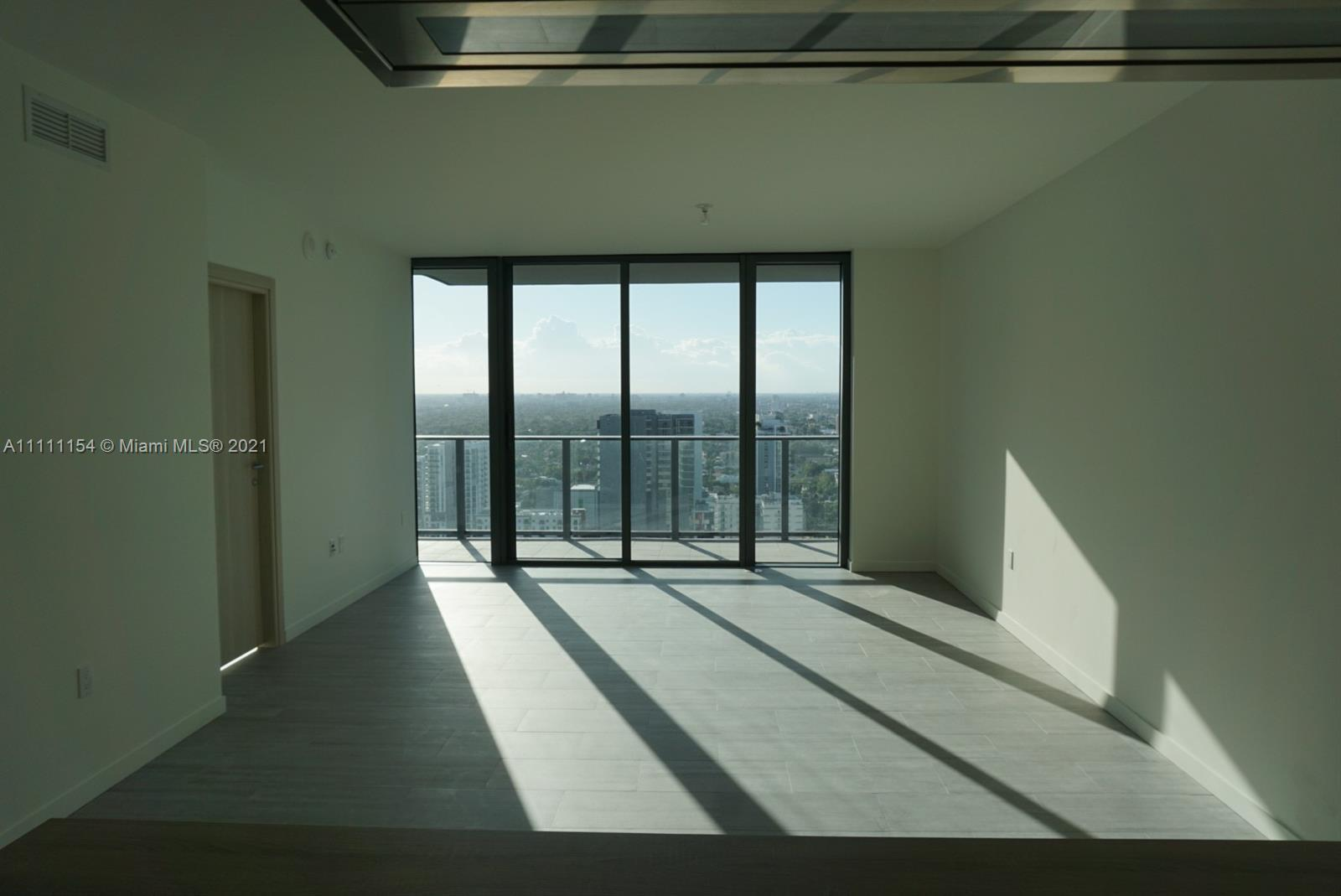 Opportunity to buy a never lived and spacious 1bed 1.5 bath in Brickell's most wanted luxurious buil