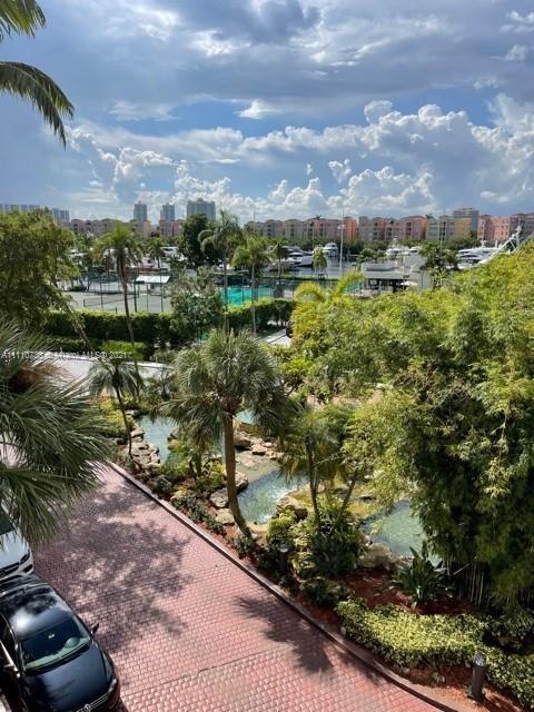 Beautiful 1 Bd + Den 2 Bath, overlooking Turnberry Golf Course and Marina. Pool, gym, restaurant, va