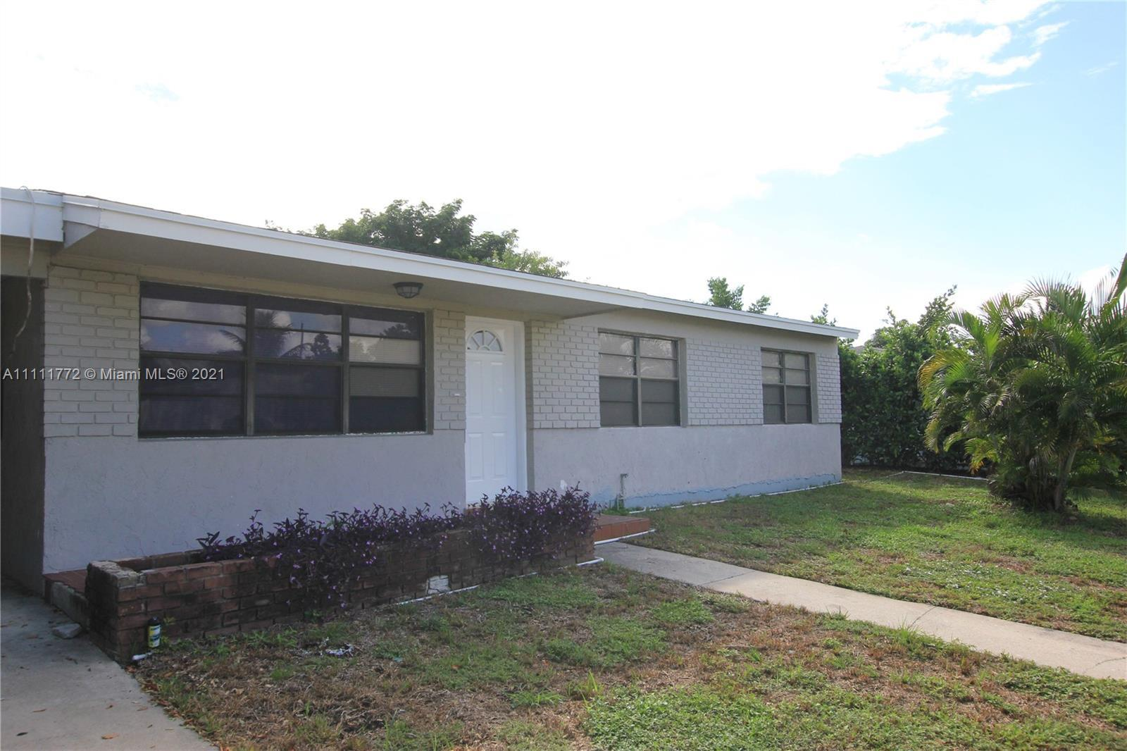 Big 3/2 easy 4/2 house in great location in Lake Worth close to Lake Osborne and the Park.  New Kitc