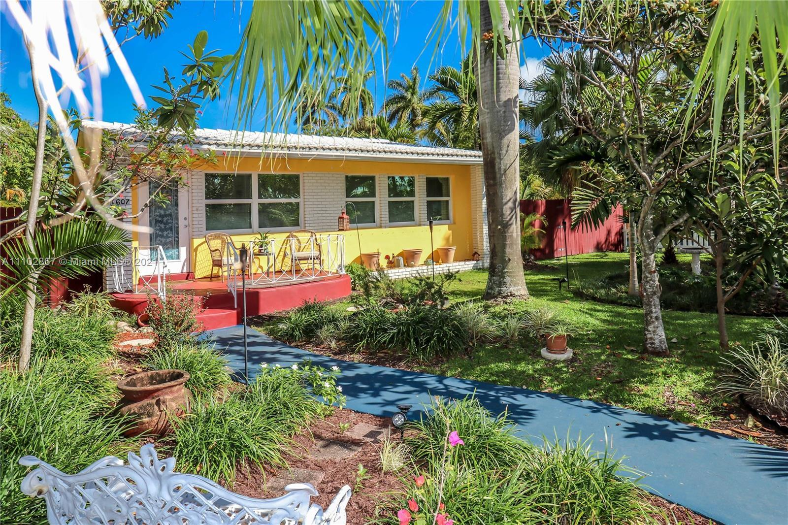CHARMING HOME IN EAST HOLLYWOOD~THIS 3 BEDROOM / ONE BATH (COULD BE A 4TH BEDROOM W/O A CLOSET) VERY