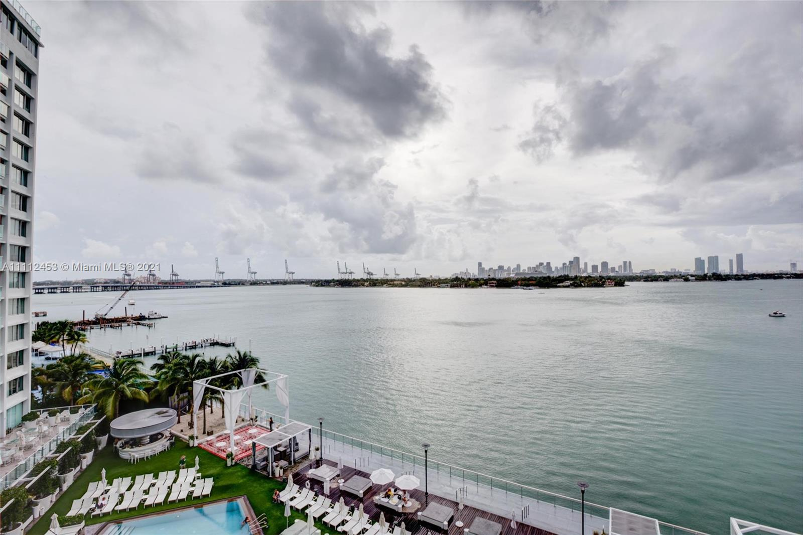 TOTALLY LEGAL SHORT-TERM RENT IN A HIGH-CLASS BUILDING. OPEN BAY AND MIAMI SKYLINE VIEW. THIS LARGE