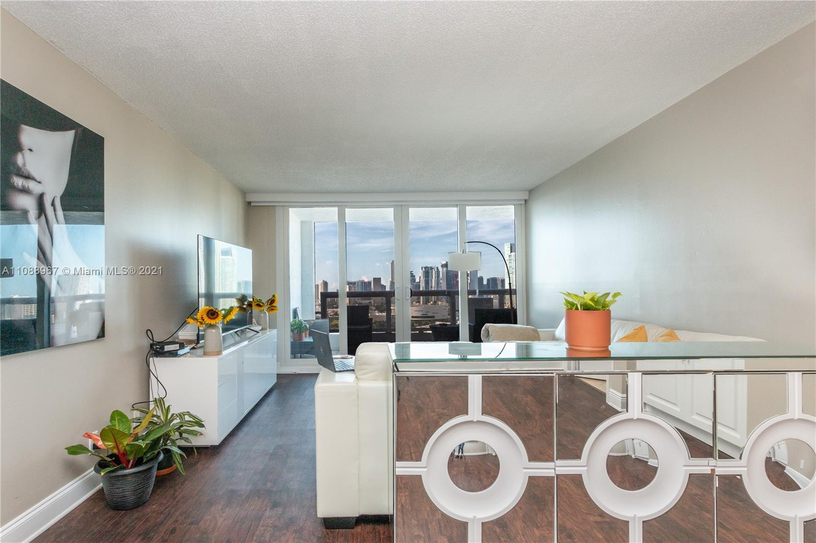 Beautiful corner unit with stunning views of Biscayne Bay and Downtown Miami. Granite counter-tops,