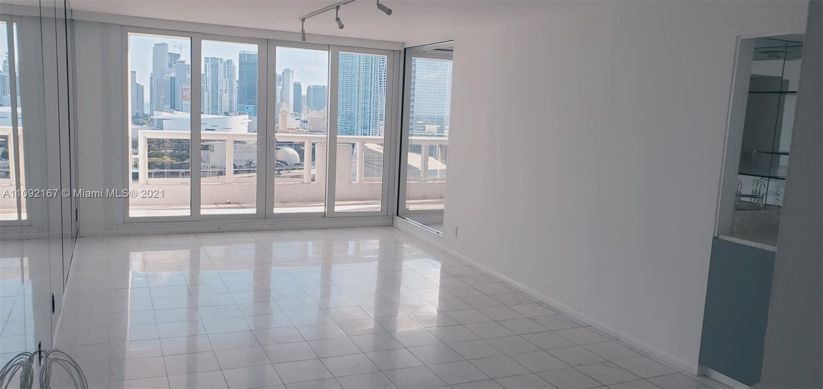 Large 1 Bedroom / 1.5 Bathrooms (985 Sq. Ft). Beautiful views from Biscayne Bay and Downtown Miami f