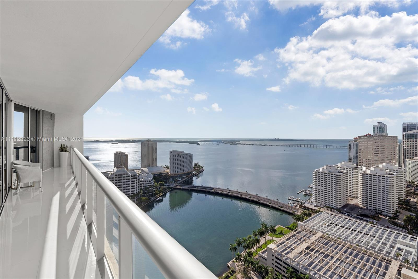 Corner unit on the 34th Floor with amazing views of the bay, Key Biscayne and Brickell. Porcelanato