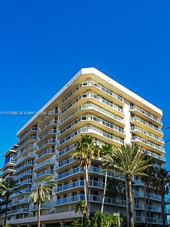 Excellent unit in Surfside. Clean Beaches, walk to shopping, restaurants and Bal Harbour Shop, Fendi