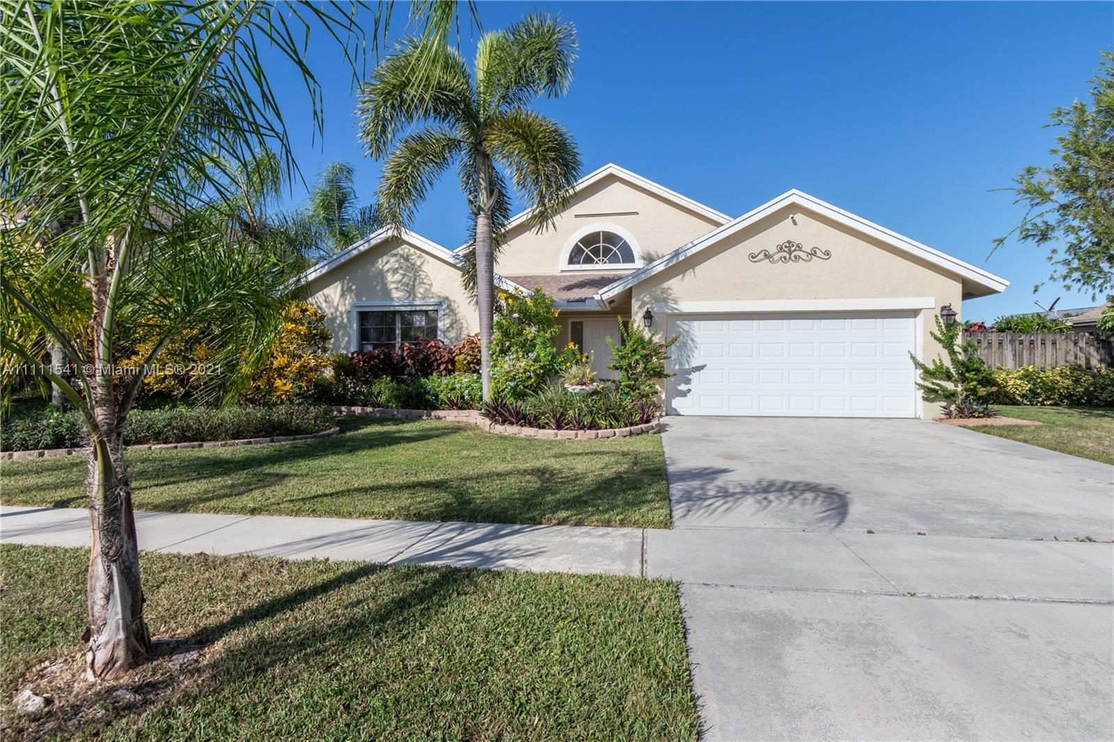 Do you like perfection??? Welcome home! Move right in. Nothing to do. Best Boca Raton school distric