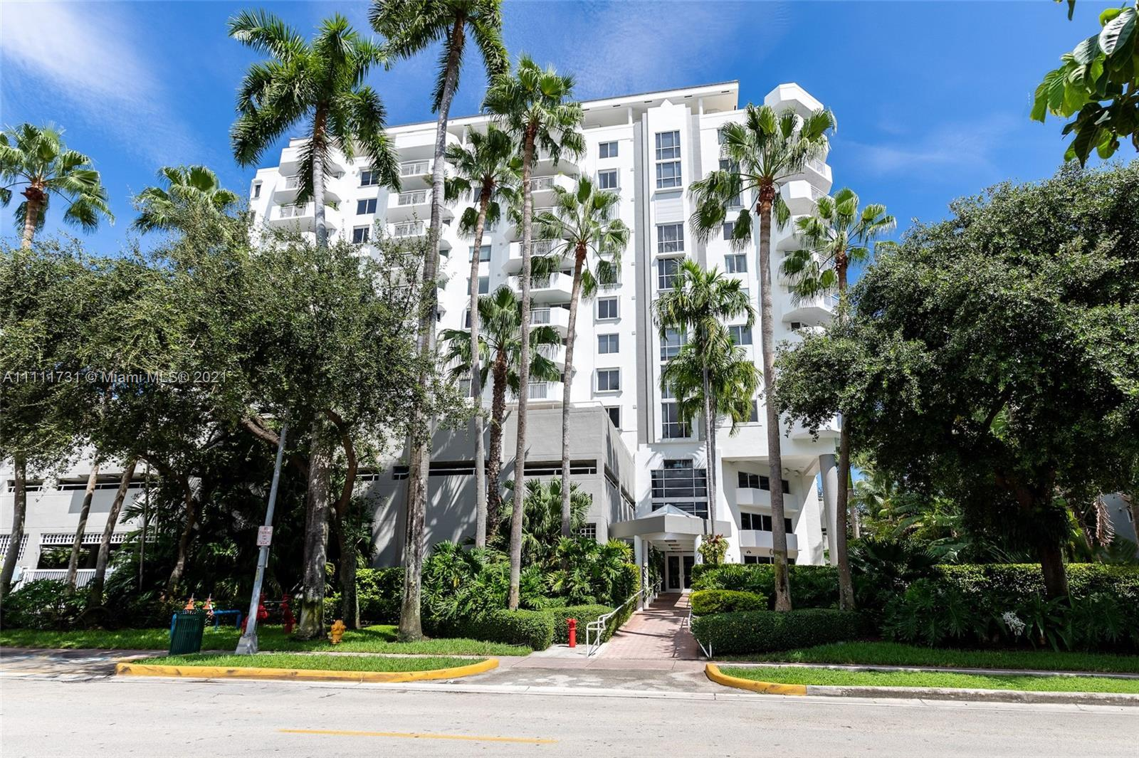 Best line in the building! Renovated unit with 270-degree South Beach, Biscayne Bay, and Downtown/Br