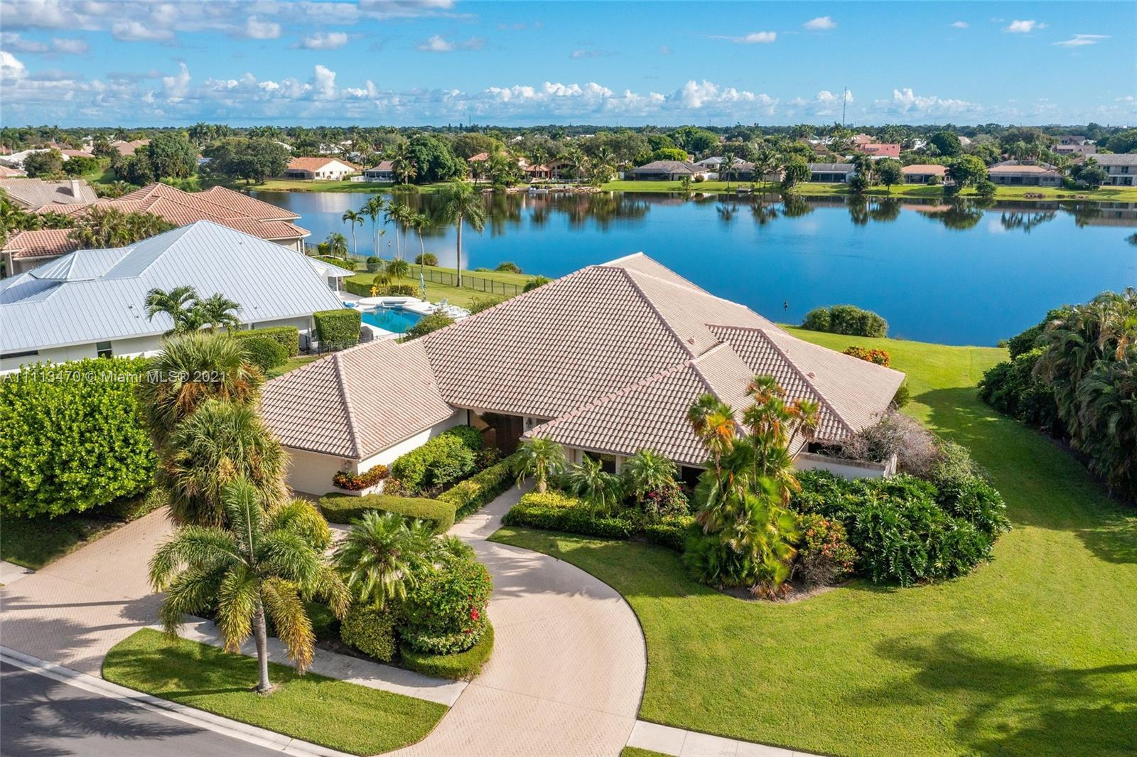 This is what country club dreams are made of in the heart of Boca Raton! Welcome to your own paradis