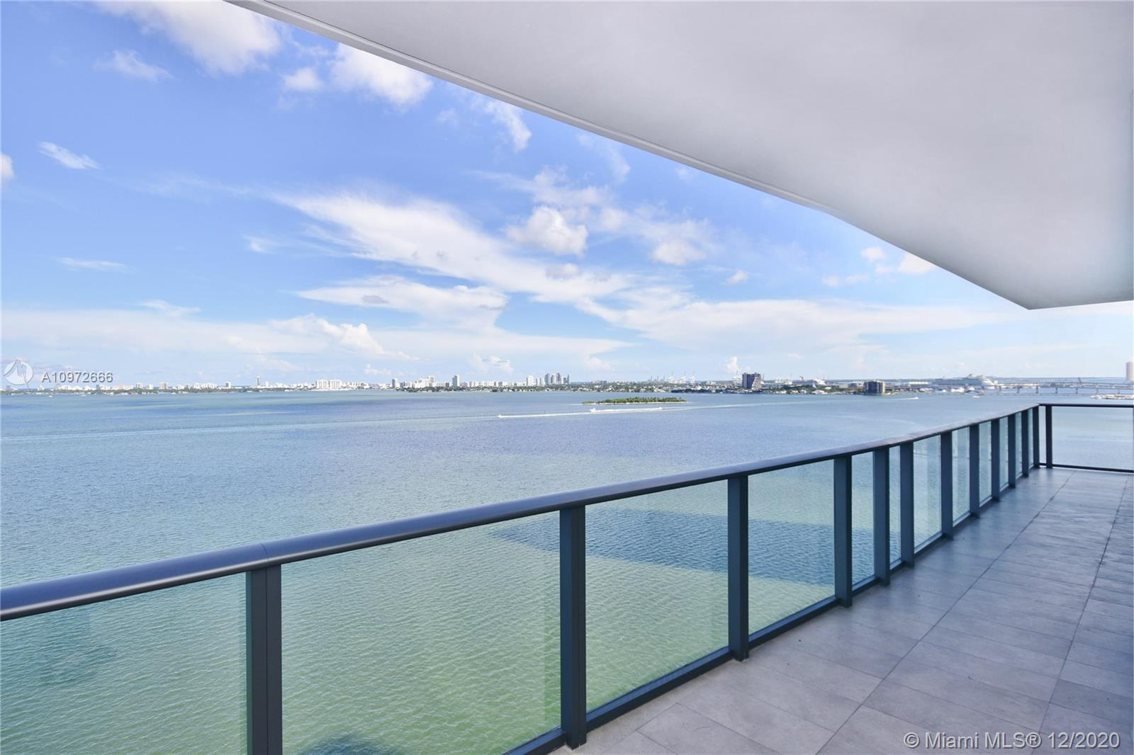This 3 bedrooms and 3.5 bathroom corner unit in the desirable line 01 (South) has a breathtaking ope