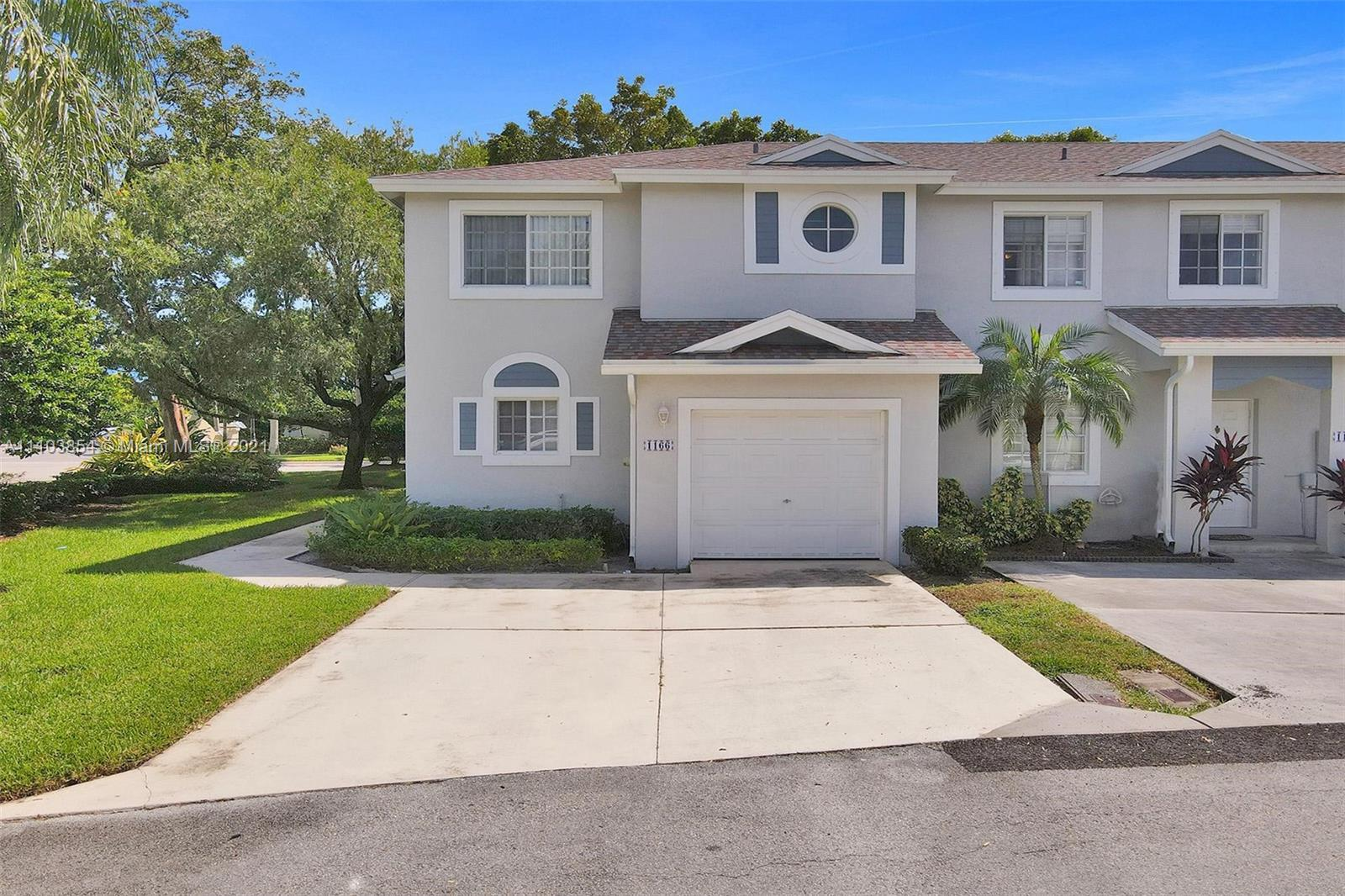 Corner unit 3 BD   2.5 BA in the city of Deerfield Beach. This home will not last! Stop on by and pr