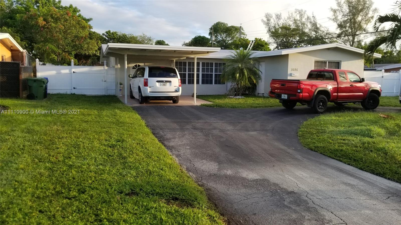 Gorgeous Single Family abode in EXTRAVAGANT conditions! This marvelous home offers 3 bed and 3 bath