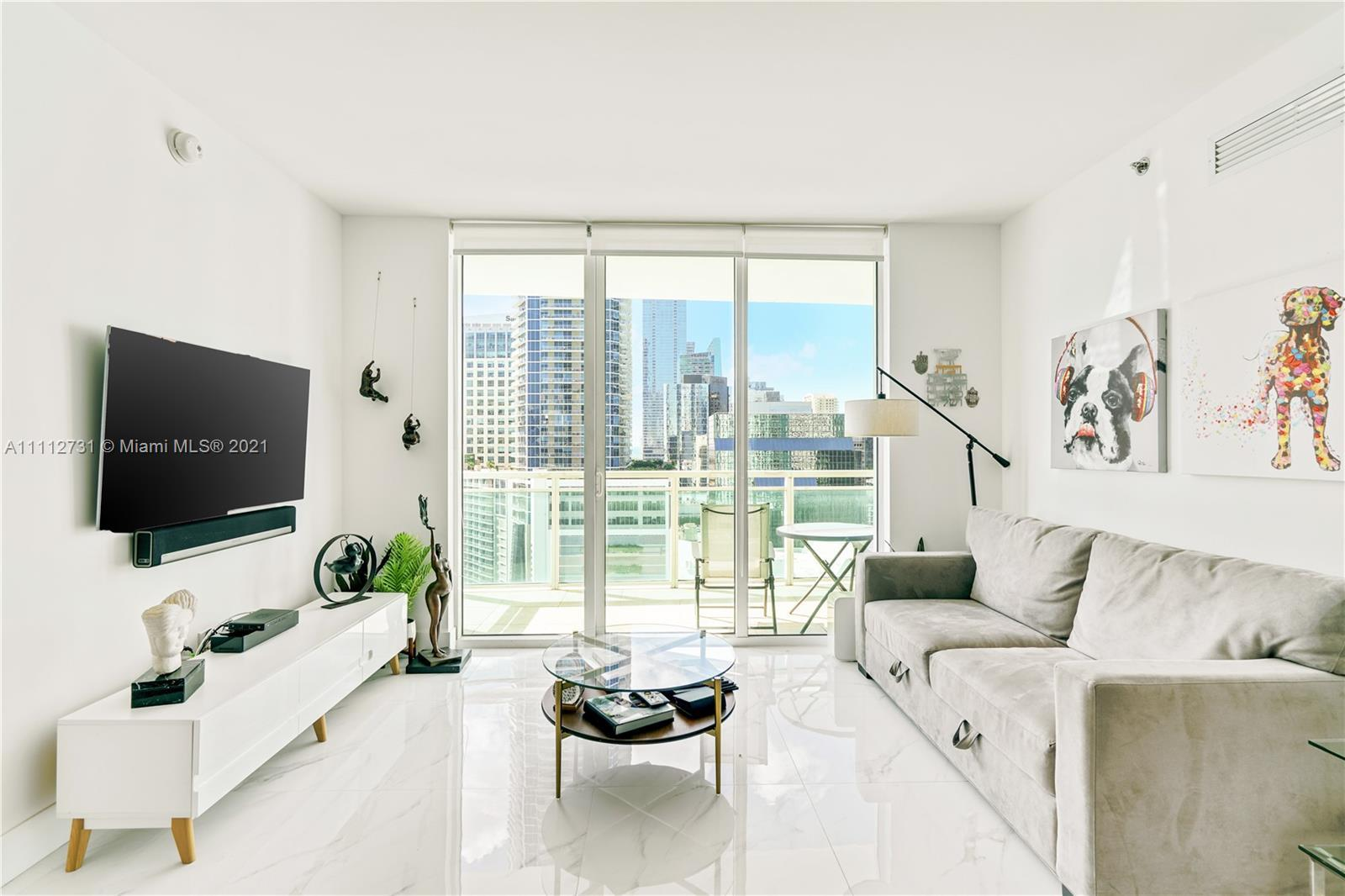Immaculate 2bed/2bath in the popular 07-line at The Plaza with stunning water views of the Bay, skyl