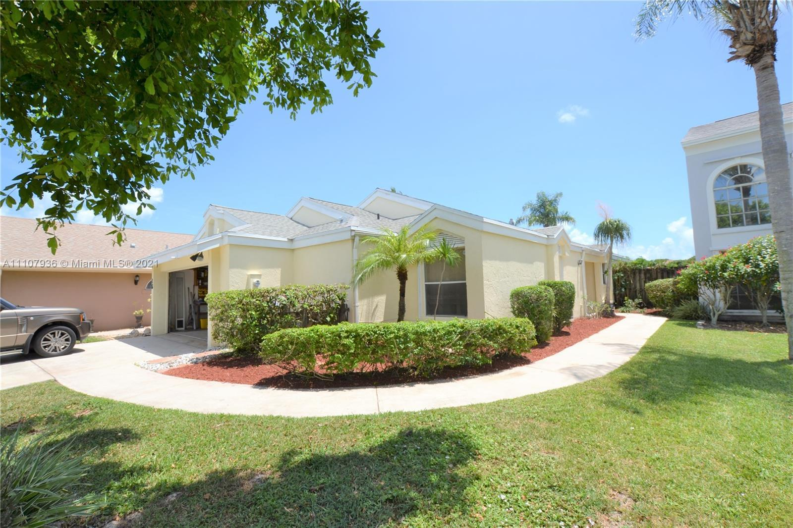 3/2 Single Family Lake Front home located in a terrific neighborhood. Nice vaulted ceilings througho